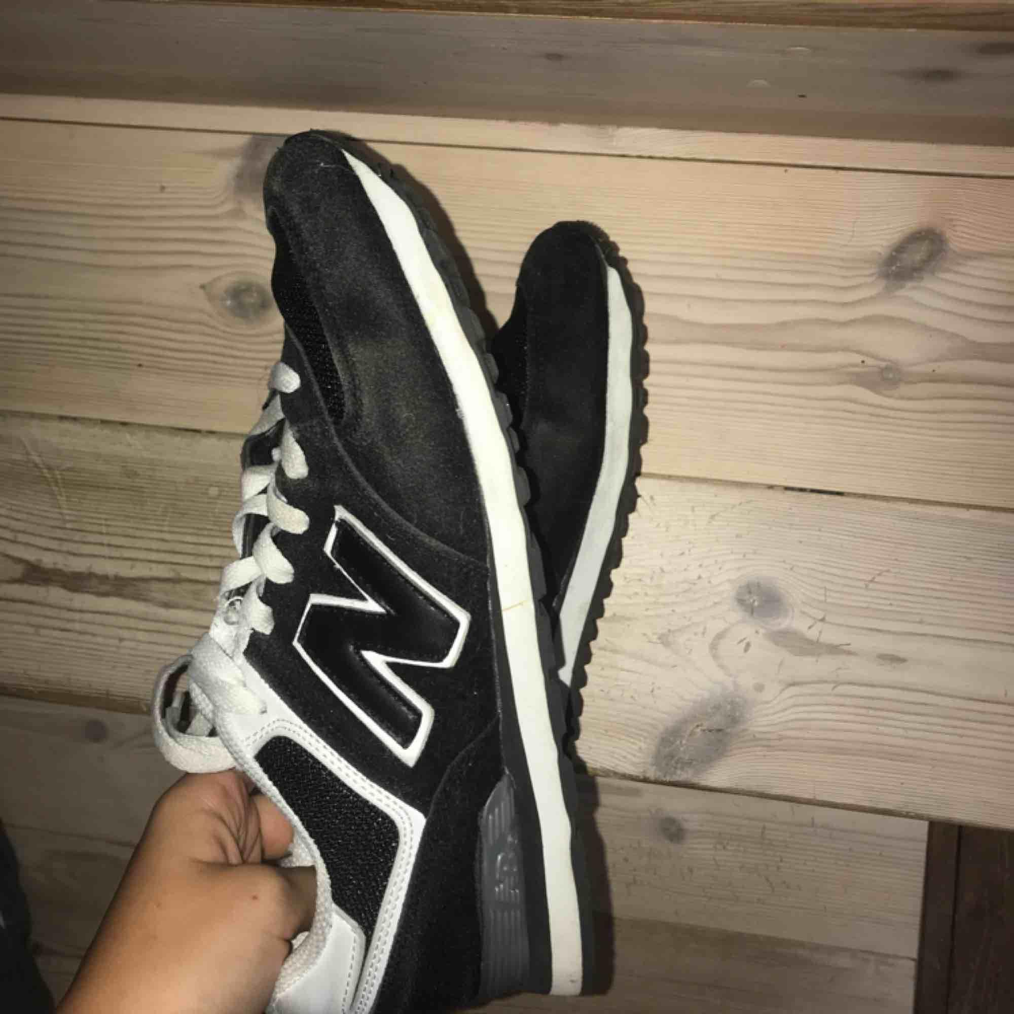 New Balance-skor i storlek 41, passar mig som har storlek 40. Använda ett par gånger och därav det låga priset, säljer eftersom de aldrig kommer till användning. Kan mötas upp i Göteborg, annars står köparen för frakt-kostnaden!. Skor.