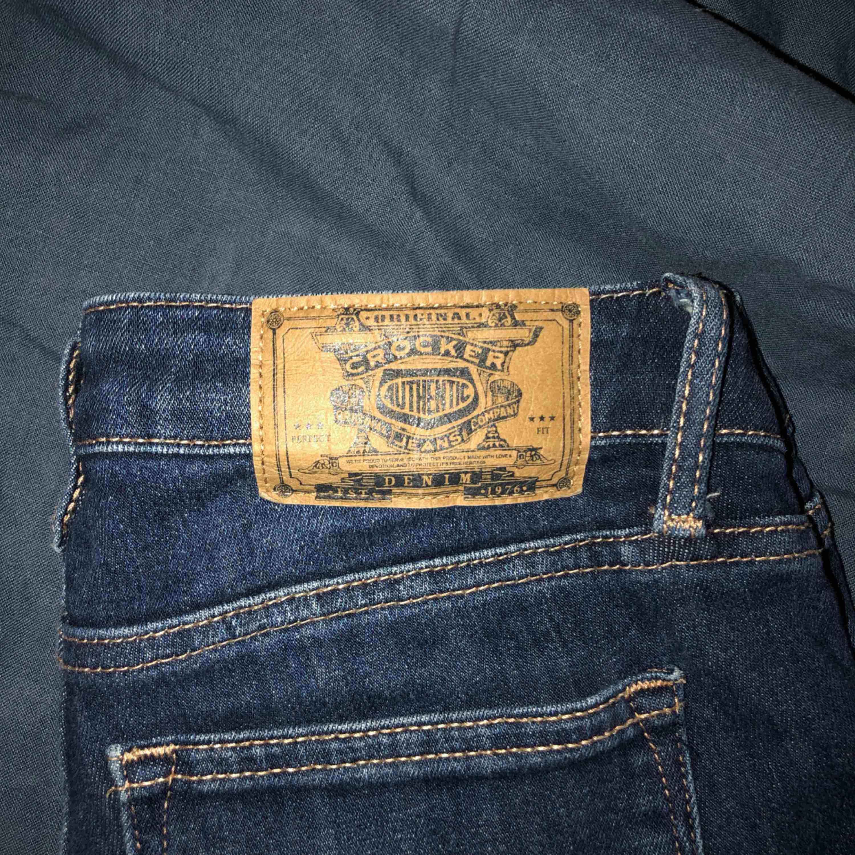 Säljer dessa super sköna lågmidjade jeans från Crocker då dem inte riktigt är min stil längre! Är 27 i midjan och från början 28 i längden men har klippt av dem pga lite kortare ben! (Är 162) 👖 Köparen står för frakten, frakt 59kr. Jeans & Byxor.