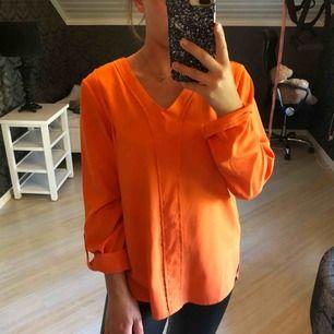 Blus i snygg orange färg, man ser extra brun ut i sommar😉👌🏼 fint skick! Guldiga detaljer vid axlarna