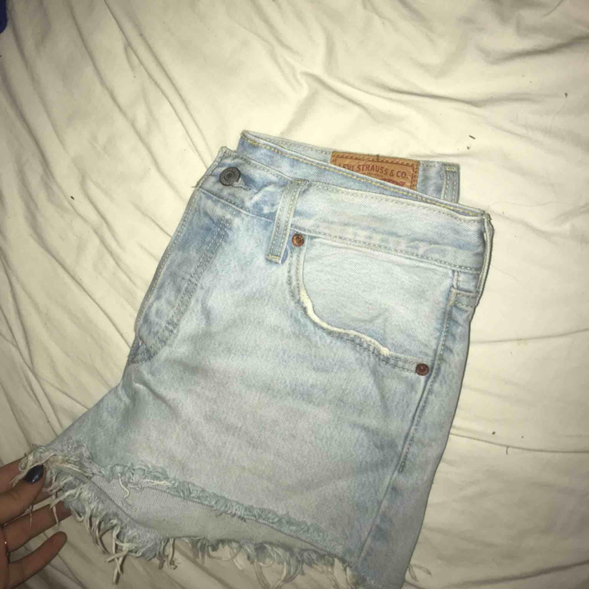 Så fina högmidjade Levi's-shorts i modellen 501. Endast använda tre gånger och därför inget slitage samt i jättefint skick. Köpta förra sommaren på na-kd där denna modell säljer slut väldigt snabbt just nu! Tillkommer fraktkostnad för köparen🌟. Shorts.