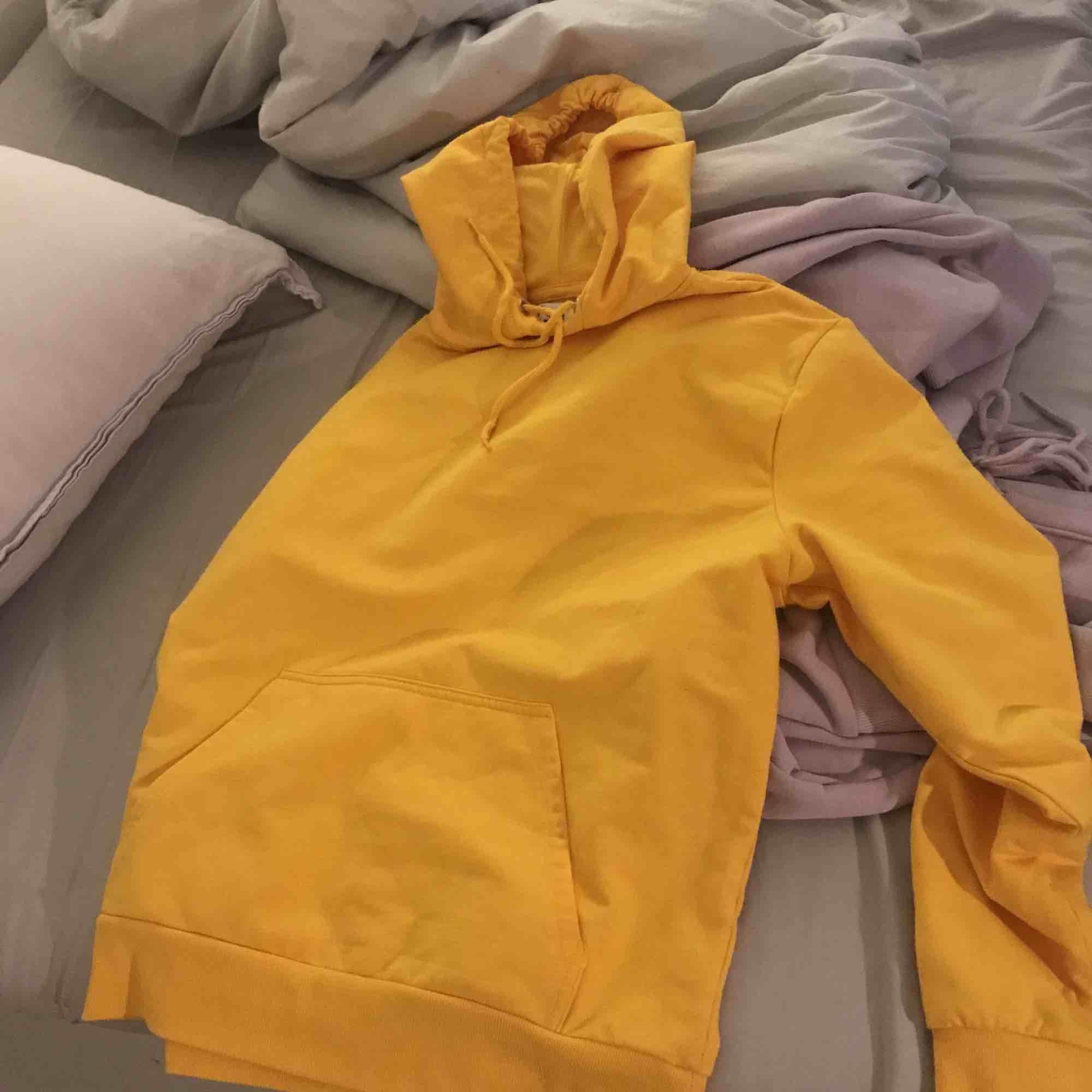 Gul hoodie från /STAY. Köpt på Carlings för 299kr men säljer för 200. Säljs pga ingen användning längre och är även inte använd mycket.. Huvtröjor & Träningströjor.