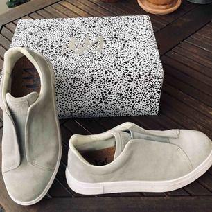 Knappt använda Eytys skor i mocka, Använda ett fåtal gånger då dem inte fått någon användning tyvärr. Original låda och dustbag medföljer såklart. Storlek 42. Nypris 1800kr. Möts upp i Göteborg eller så kan dem såklart skickas mot frakt kostnad