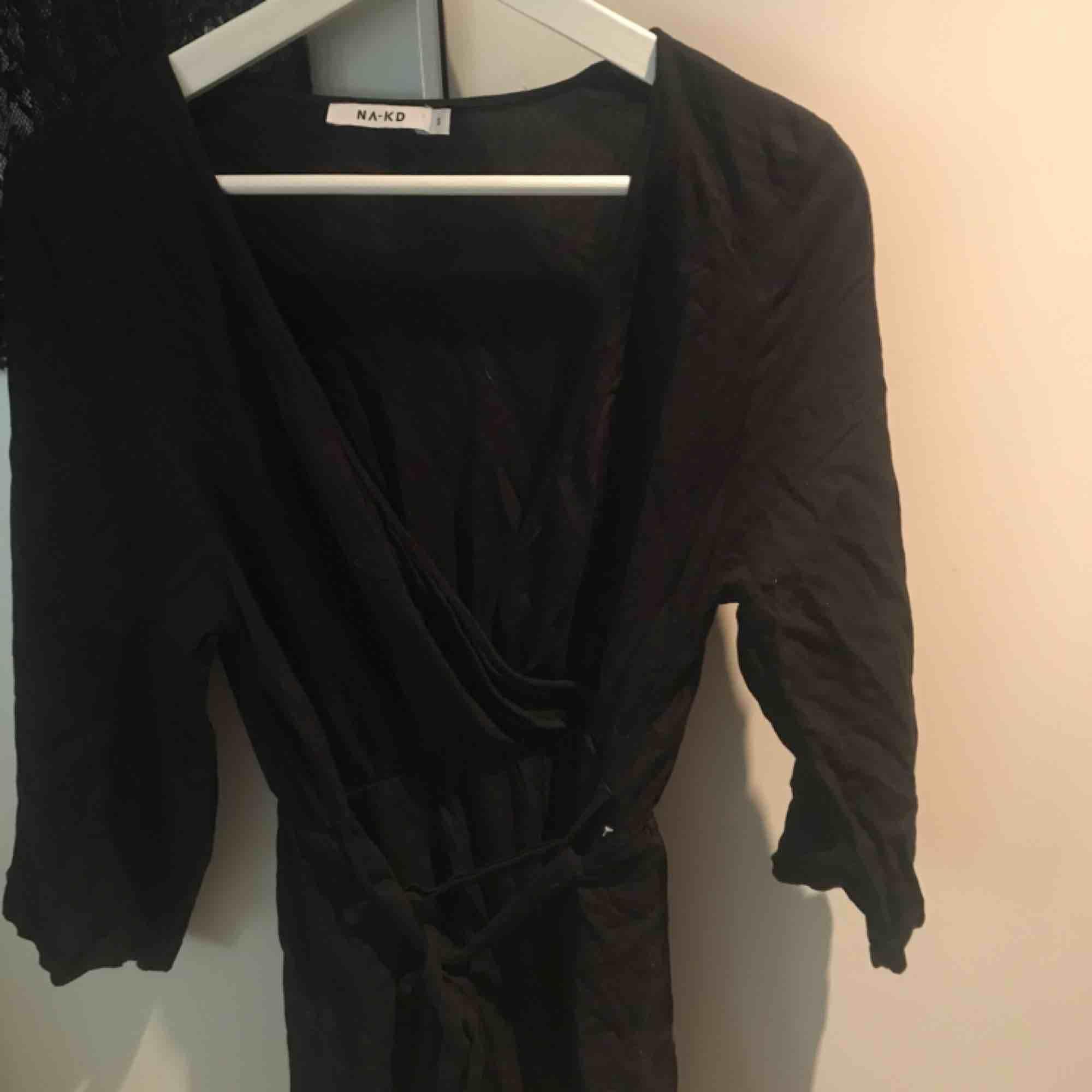 Simpel och fin jumpsuit från NA-KD, köpt förra sommaren. Då jag pendlat en del i storlekar sedan förra sommaren så passar tyvärr inte S mig längre. Den har knyte framtill på magen och är i fint skick☺️. Övrigt.