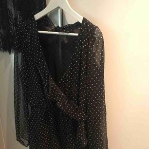 Söt klänning i fint skick, säljer eftersom den aldrig kommer till användning. Volanger nedtill, upptill samt korsat över bröstet. Frakt tillkommer och kan alternativt mötas upp i Göteborg!🧡