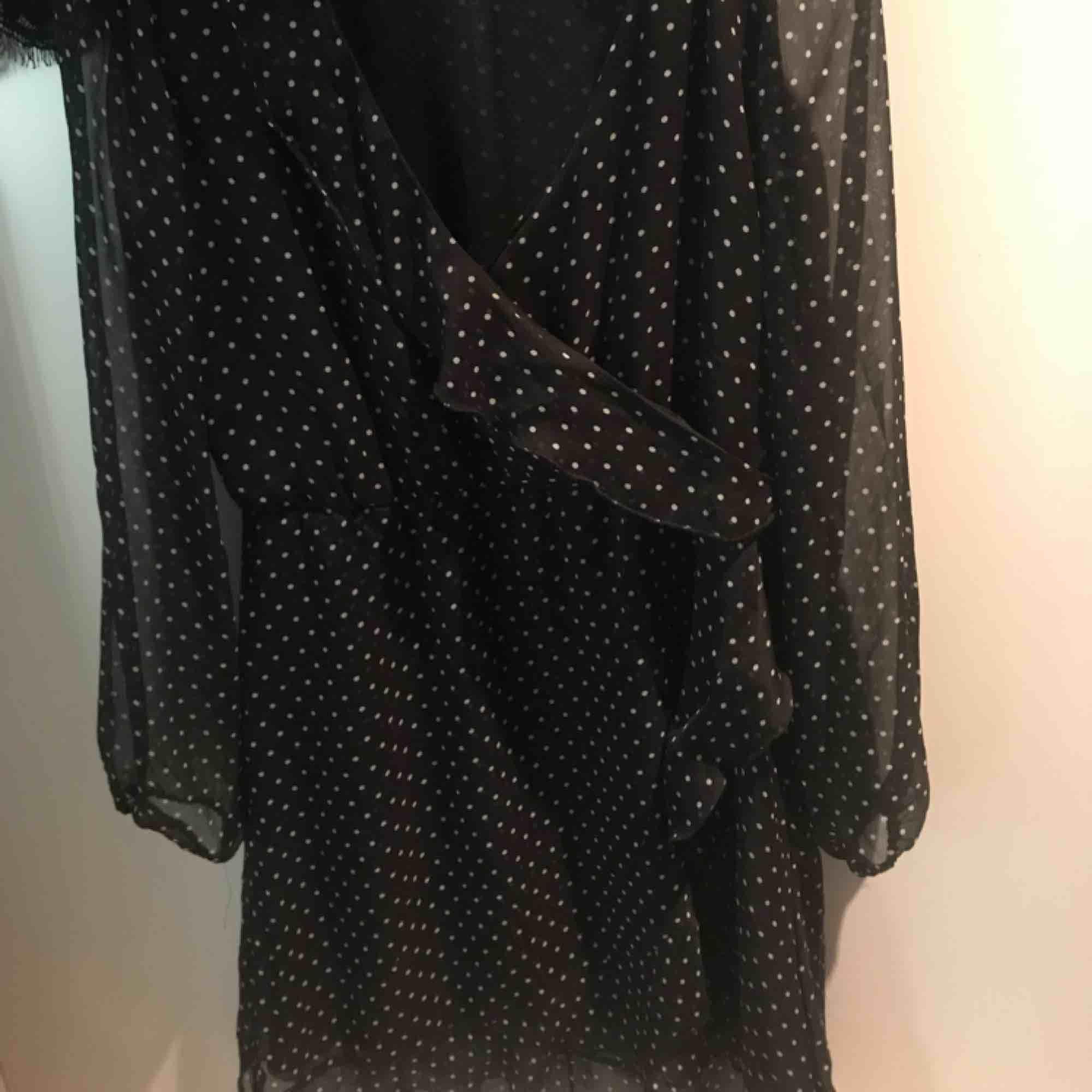 Söt klänning i fint skick, säljer eftersom den aldrig kommer till användning. Volanger nedtill, upptill samt korsat över bröstet. Frakt tillkommer och kan alternativt mötas upp i Göteborg!🧡. Klänningar.