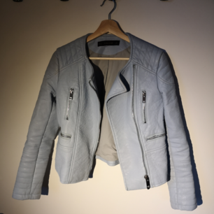 Blå skinnjacka köpt på Zara. Fake skinn! Köpt för 300 kr. Aldrig använd men har tyvärr inte lappen kvar.  Tar swish! Skriv om du har fler frågor😊 frakt tillkommer