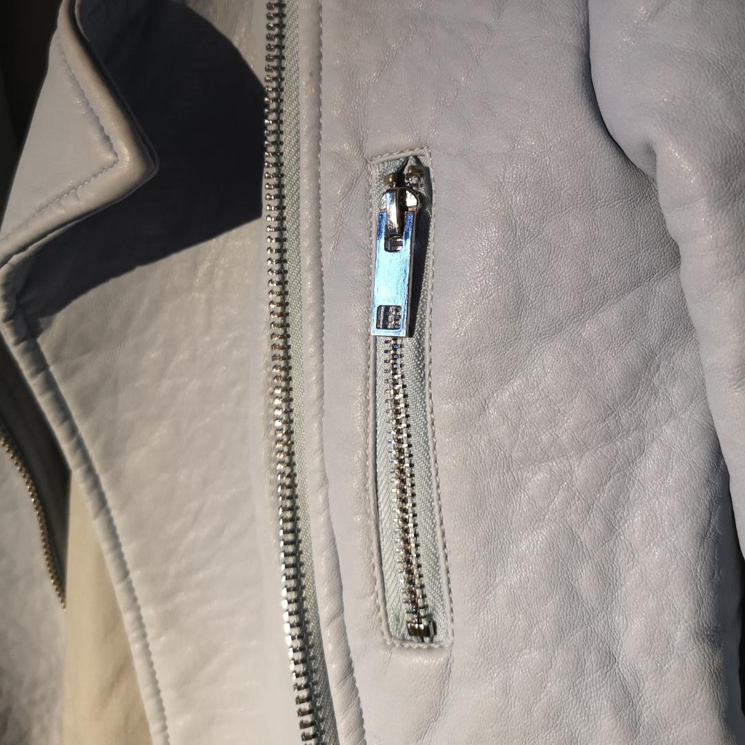 Blå skinnjacka köpt på Zara. Fake skinn! Köpt för 300 kr. Aldrig använd men har tyvärr inte lappen kvar.  Tar swish! Skriv om du har fler frågor😊 frakt tillkommer . Jackor.