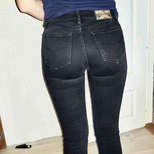 Säljer mina Crocker jeans som jag har haft ett tag. De är lite urtvättade men ser ändå bra ut! . De är i storlek 26/30 men jag skulle säga att det är en liten storlek. Brukar ha 25 i midjan oftast!  Passform: Slimfit