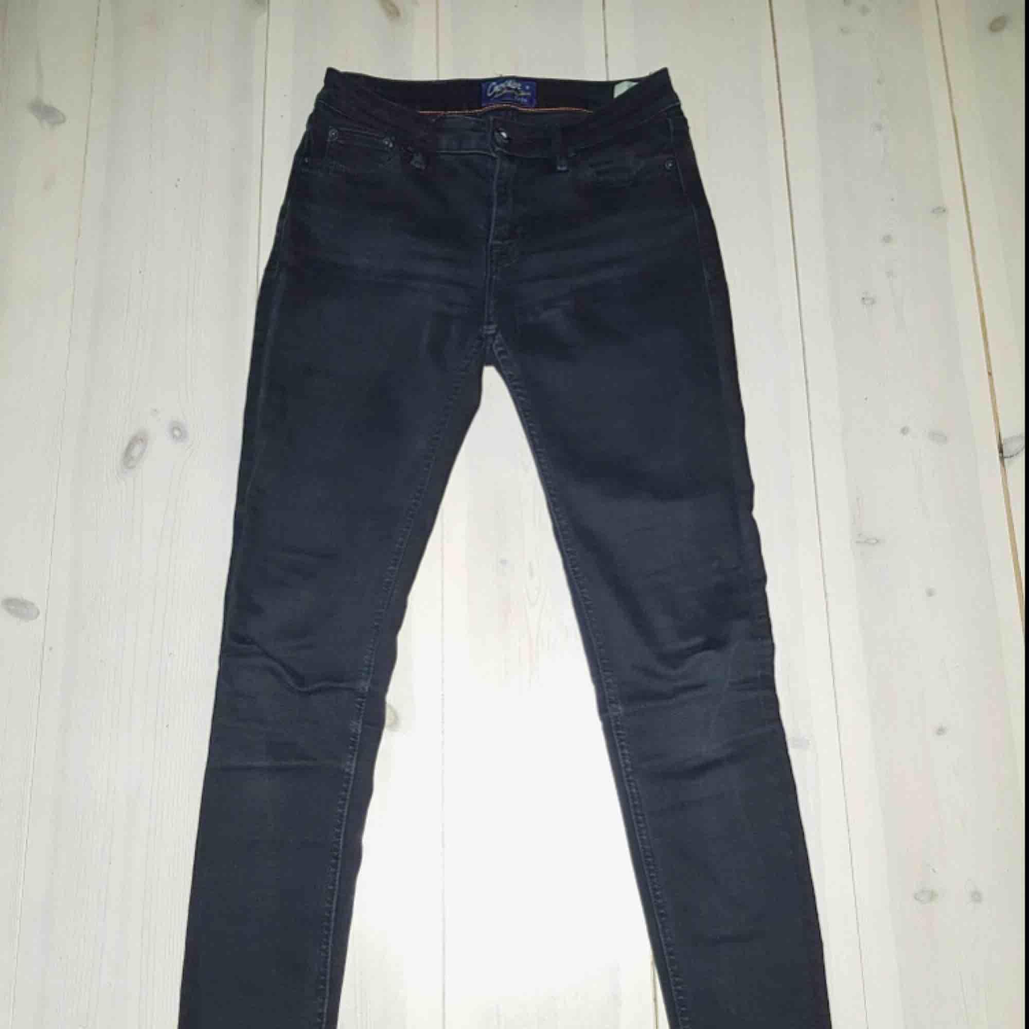 Säljer mina Crocker jeans som jag har haft ett tag. De är lite urtvättade men ser ändå bra ut! . De är i storlek 26/30 men jag skulle säga att det är en stor storlek. Brukar ha 25 i midjan oftast!  Passform: Slimfit. Jeans & Byxor.