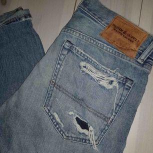 Säljer min kusins Ralph Lauren jeans. Han har använt de en gång så de är så gott som nya! Lite slitna super snygga!