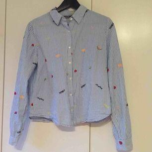 skjorta med detaljer från bikbok. frakt 20kr.