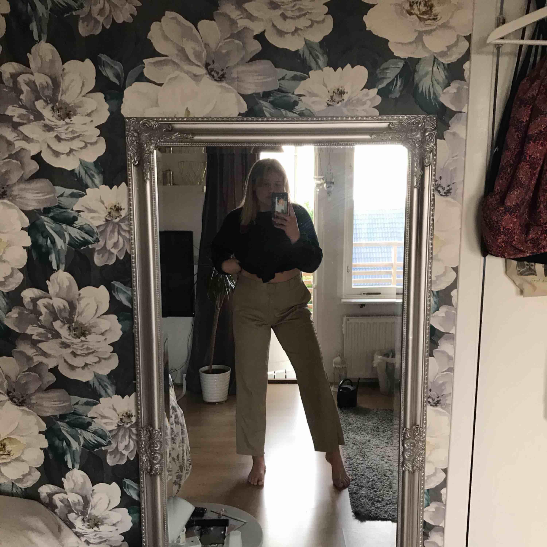 Dickies köpta på sellpy men aldrig använda av mig då de är för stora! Avklippta, jag på bilden är ca 170cm lång. Köpare står för frakten . Jeans & Byxor.