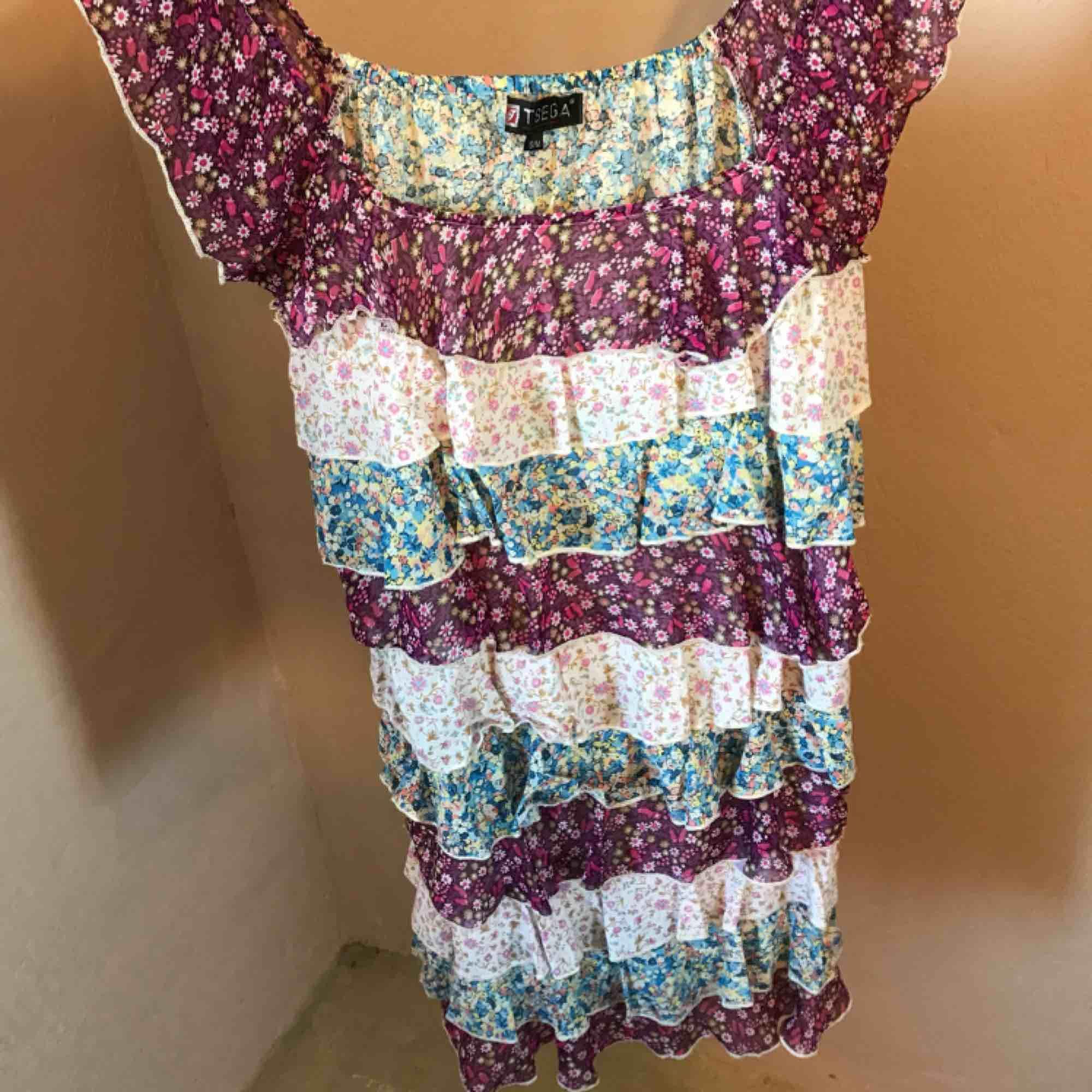 Jättesöt klänning med fina volanger i olika färger. Perfekt nu till sommaren. Klänningar.