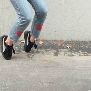 💋🌟IGGY JEANS🌟💋 Snyggaste & coolaste högmidjade jeansen designade och målade på av Iggy!! Mina favvobrallor men säljer de då de inte används tillräckligt:/. Kan mötas upp i Sthlm eller frakta:)