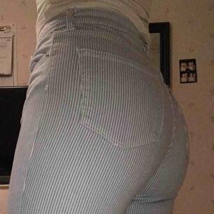 Randiga jeans från HM. Köparen står för frakten annars mötas i Stockholm. Fler bilder kan skickas om så önskas