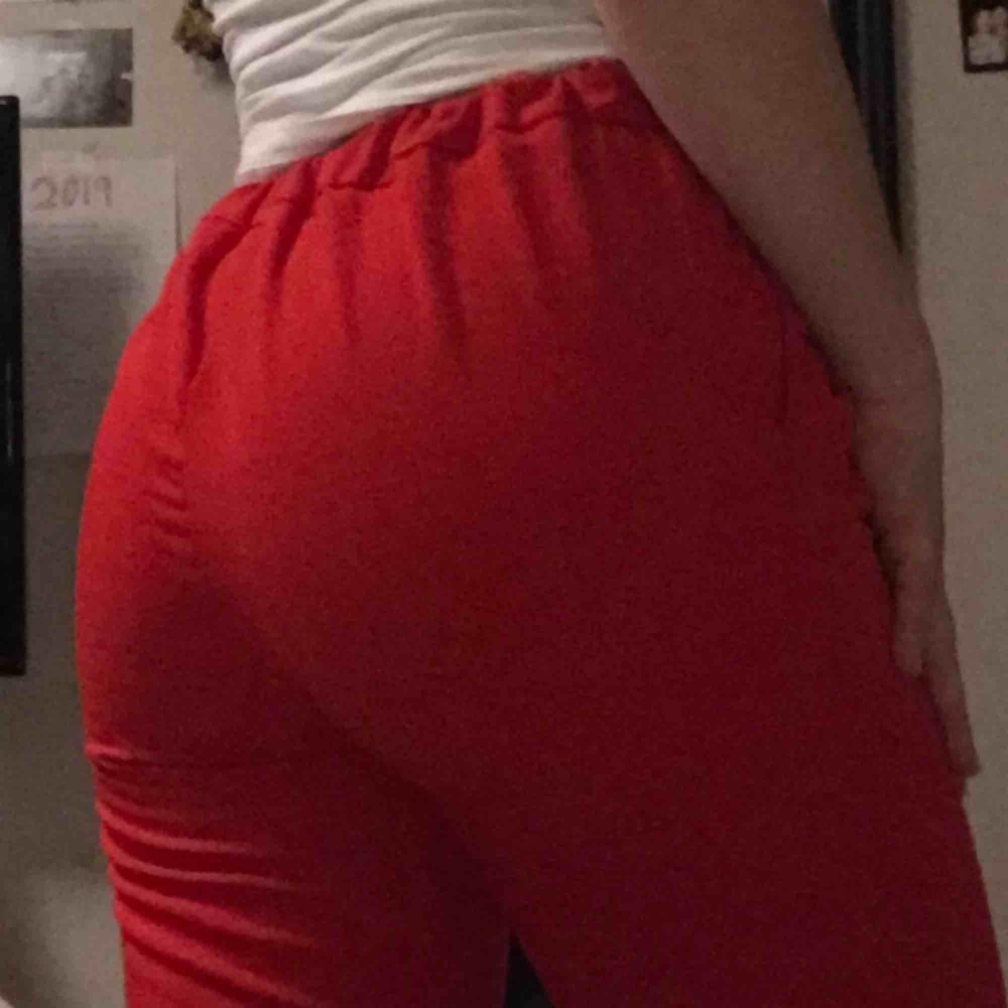 Röda snygga byxor från pull&bear i mycket bra kvalite. . Jeans & Byxor.