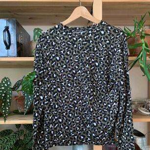 Mjuk tröja i leopardprint, storlek xs. Lätt tvättluddig