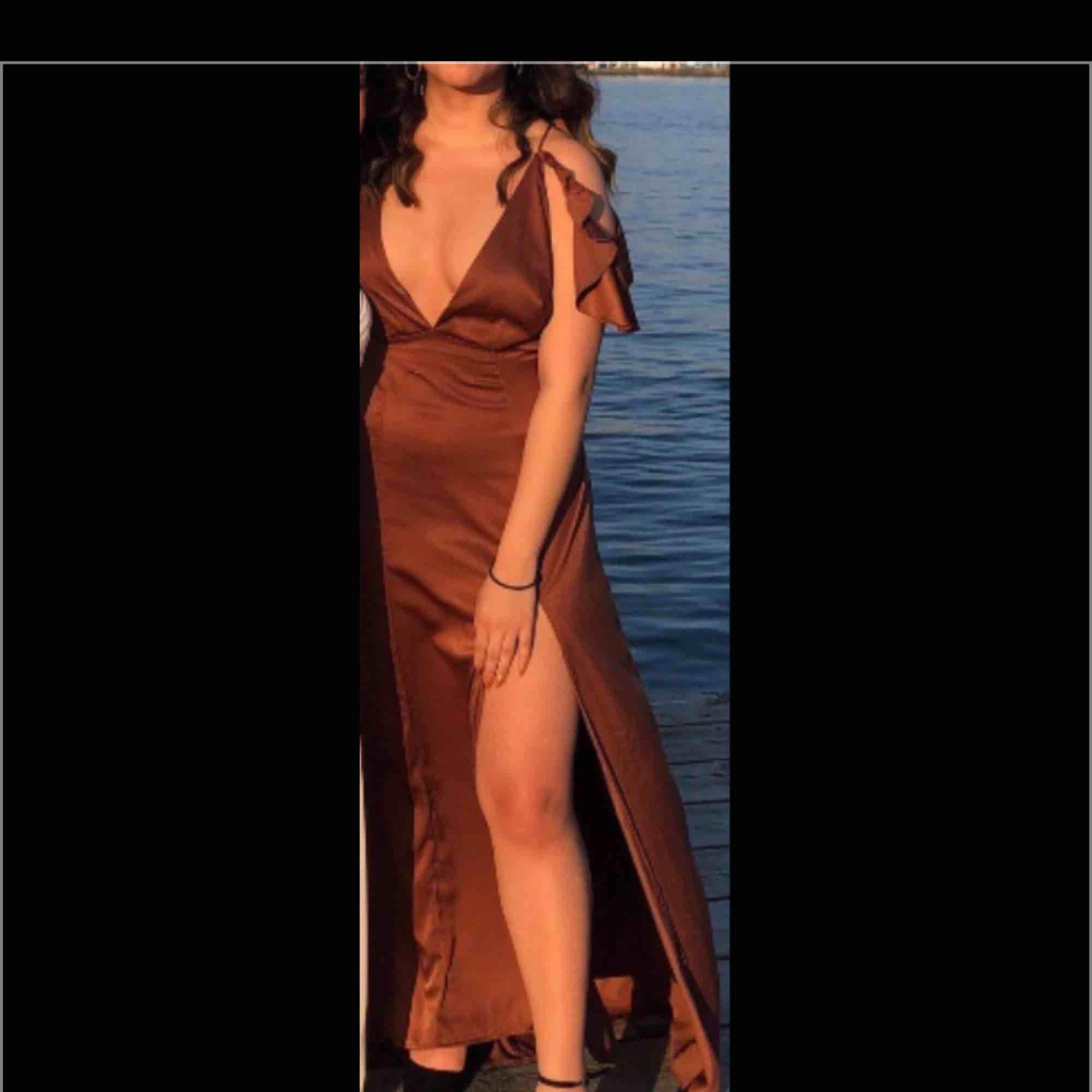 Säljer min finklänning, använd 1 gång! Fler bilder kan skickas på pm:) . Klänningar.