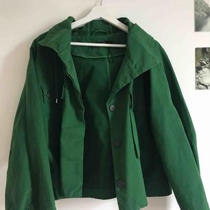 Sååå fin grön vår/höst jacka från Zara. Speciell modell vilket gör den ännu coolare!! Strl är M, men sitter najs på mig som vanligtvis har S. Asfräsh färg också🤑