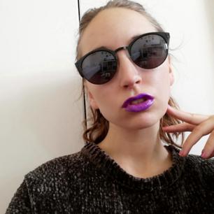 Solglasögon i clubmaster modell köpta second hand (ej ray ban). Svarta, i bra skick, snygga på alla kön och passar alla. Nypris 250 kr. Frakt 18 kr.