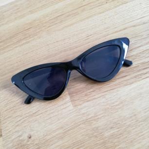 Nya svarta kattiga solglasögon endast testade och använda en gång. Frakt 18 kr!