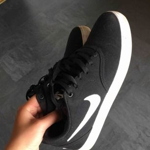 Supersnygga sneakers från Nike. Säljer för att jag har alldeles för mycket skor. Köpte dom för ca 1 månad sedan och har använt dom 2-3 gånger så dom är i nyskick.   Nypris:600kr Mitt pris:300 Köparen står för frakten
