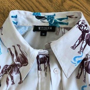 Asfin blus/skjorta från Tiger of Sweden som jag tyvärr är tvungen att sälja då den är lite liten för mig:( Nypris ligger kring 1300 och endast använd vid 2 tillfällen. FRAKTEN INGÅR❣️❣️