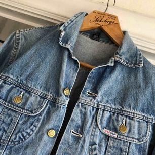 Vkntage jeansjacka. Kan hämtas i Uppsala eller skickas mot fraktkostnad. 80-tal.