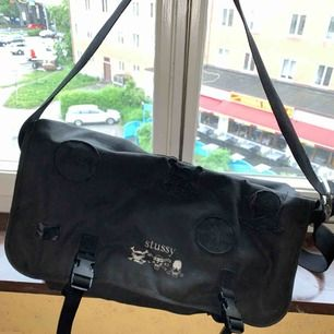 Rymlig Stussy väska