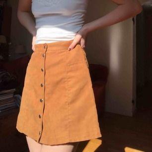 Jättesöt kjol i brun/orange fake-mocha med silvriga knappar i strl 38! Säljer pga använder inte längre men kjolen är i mycket gott skick :)