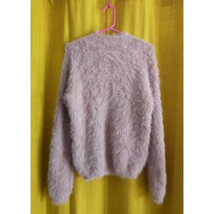 Super mysig fluffig ljusrosa tröja! Perfekt till hösten och vintern. Storlek M men tröjan är väldigt stretching. För fler bilder skicka gärna meddelande.  Frakt tillkommer.