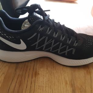 Helt nya nike skor äkta inte ens provade kvar i kartong storlek 40. Kan skickas mot att köparen står för portot  Pris går att disskuteras om de ska skickas eller vid snabb affär Finns i vårby