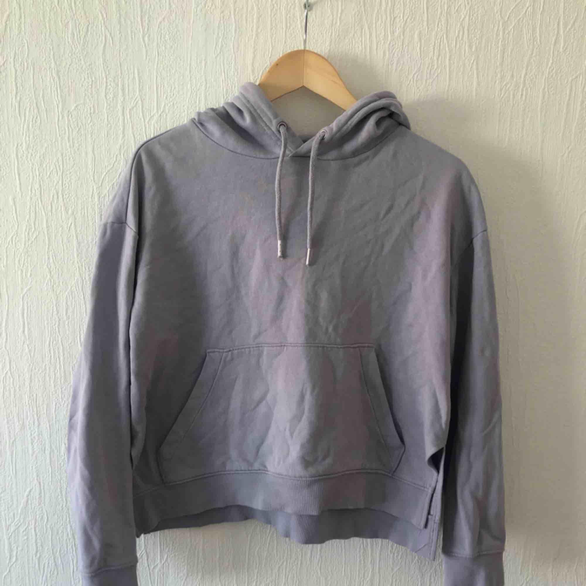 Lila hoodie från HM. Knappt använd.  Möts i Malmö eller köparen betalar frakt.. Huvtröjor & Träningströjor.
