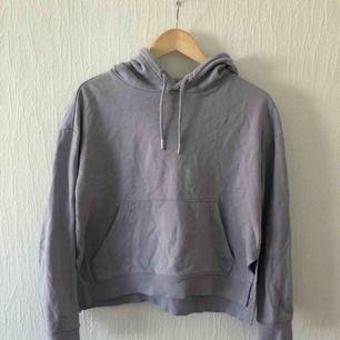 Lila hoodie från HM. Knappt använd.  Möts i Malmö eller köparen betalar frakt.