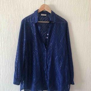 Fin blå transparent skjorta/blus köpt 2hand. Möts i Malmö eller köparen står för frakt.