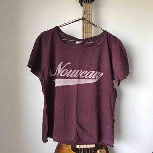 T-shirt i vinrödlila färg med tryck