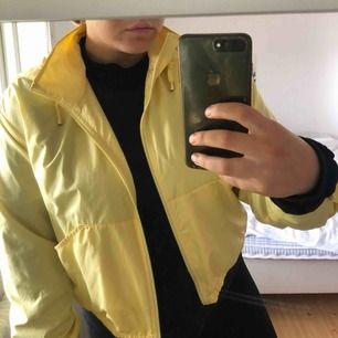 Tommy Hilfiger windbreaker i otroligt snygg gul färg.  Något croppad i modellen, sitter mycket fint ovanför höfterna. Svår att få tag på. Inköpt på MK för 1800kr  Använd fåtal ggr, NYSKICK! Finns fler bilder på den.