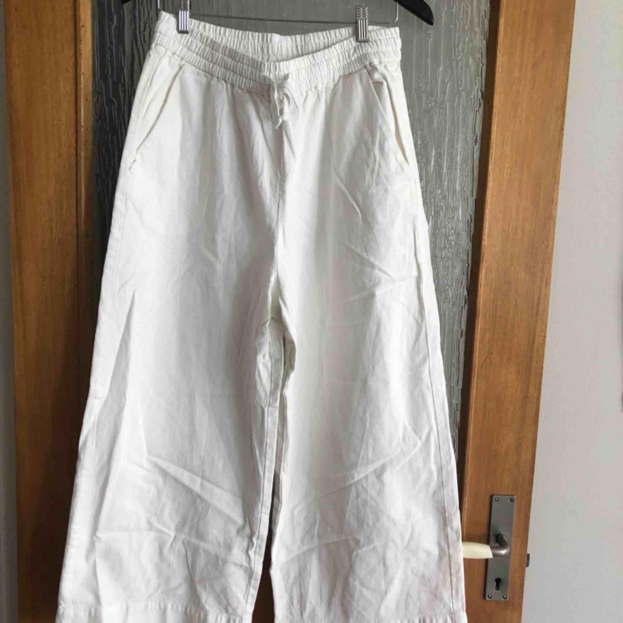 Vita byxor  med snörning från Monki. 100% bomull. Sköna på våren/sommaren.   Möts i Malmö eller köparen står för frakt.. Jeans & Byxor.