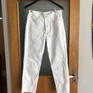 Avklippta vita jeans från ginatricot.
