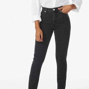 Grå/svarta jeans från Monki. Modell kimono.