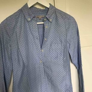skjorta från GAP, inte särskilt använd men har en liten fläck (se bild)