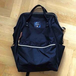 Svart ryggsäck från Anello som köptes för en månad sen, endast använd två gånger. Laptopfack + många fler 🖤 Sista bilden visar ryggsäcken på Zalandos hemsida, unisex så den passar både killar och tjejer! Nypris: 579 kr  Möts gärna upp  i Göteborg!