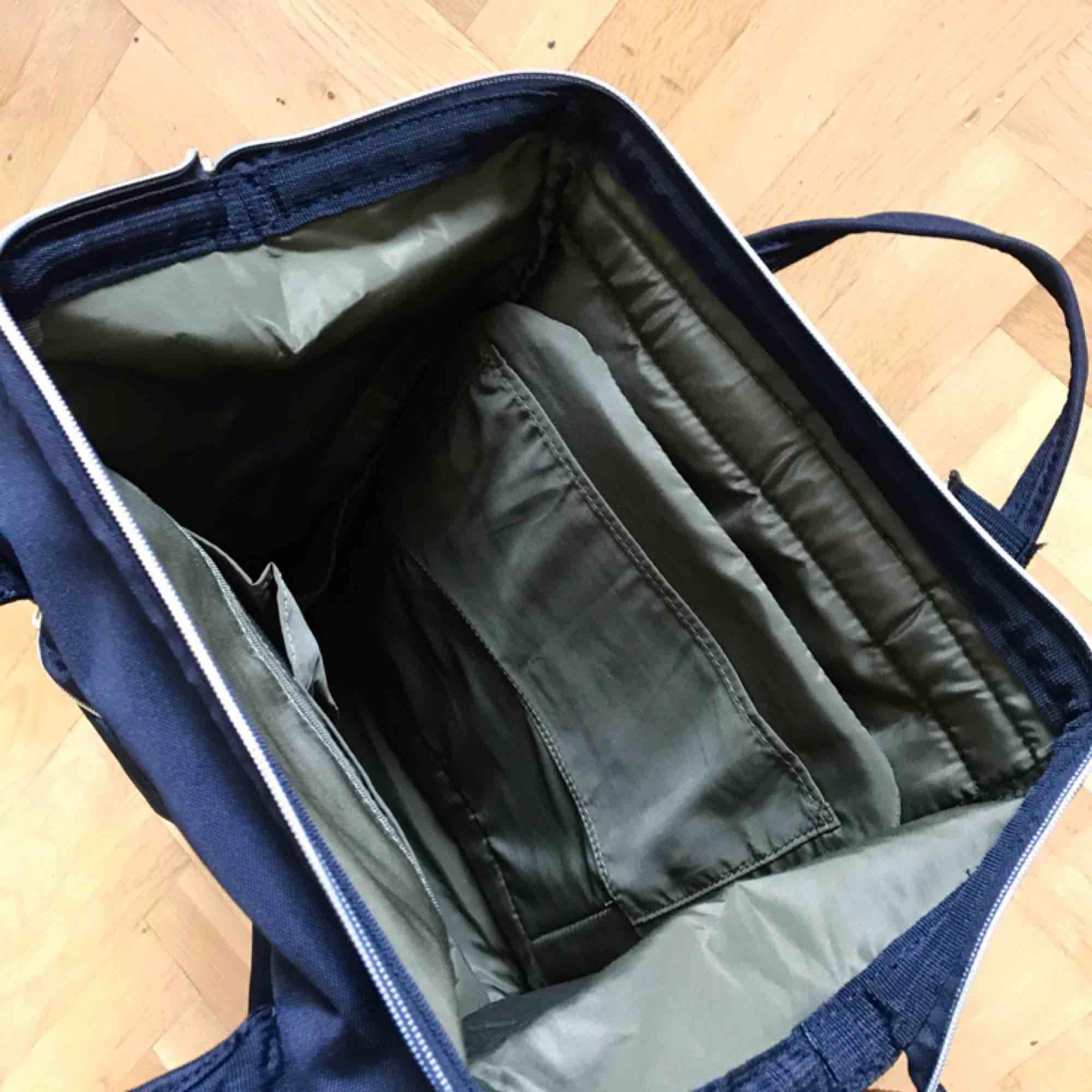 Svart ryggsäck från Anello som köptes för en månad sen, endast använd två gånger. Laptopfack + många fler 🖤 Sista bilden visar ryggsäcken på Zalandos hemsida, unisex så den passar både killar och tjejer! Nypris: 579 kr  Möts gärna upp  i Göteborg!. Väskor.