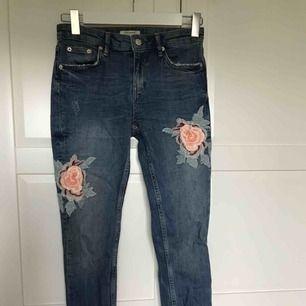jeans med blombroderier från zara, med slitningar på hemmarna. inte speciellt använda