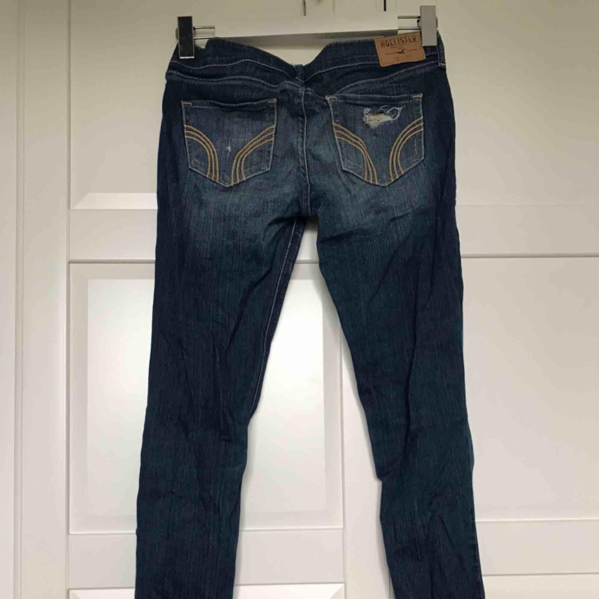 jeans med hål från hollister. tajt passform. . Jeans & Byxor.