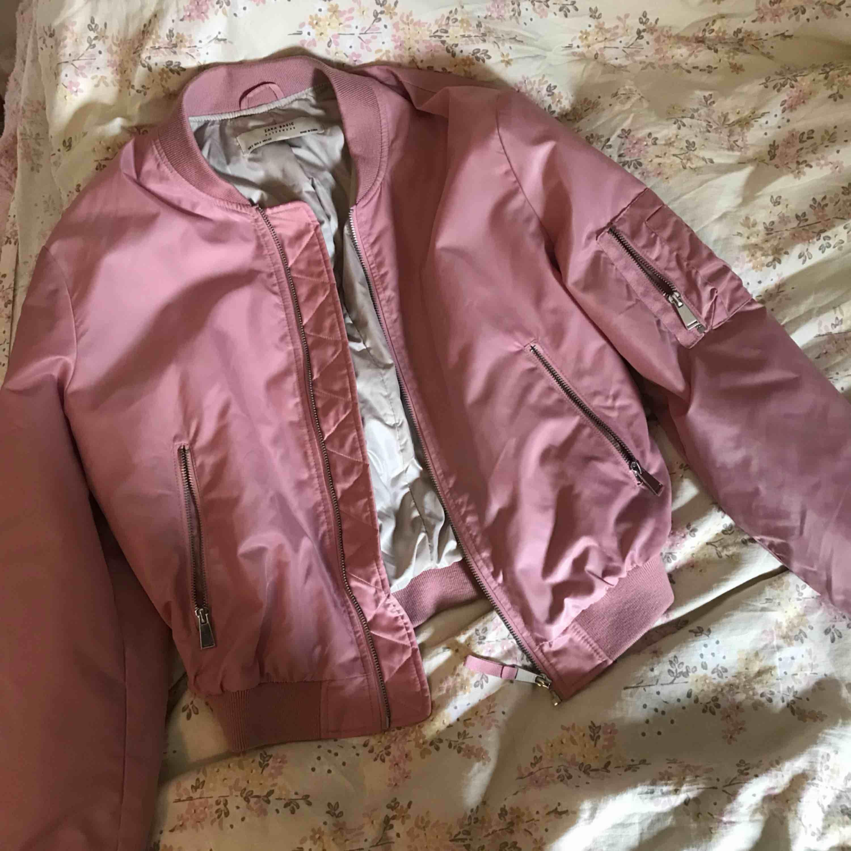 Bomberjacka från Zara, köpare står för frakt! . Jackor.