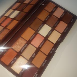 Nudes Chocolate - paletten från I Heart Revolution! Den är swatchad, men annars oanvänd. Superfint pigment, men jag använder den helt enkelt aldrig. Frakten ingår! 💞
