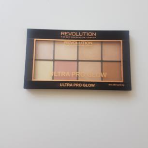 Glow-palette från Makeup Revolution! Swatchad, men annars oanvänd. Frakten  ingår! 💞