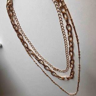 Trippelt halsband med kedjor från urban outfitters köpt för runt 200 kr. Använd några få gånger. Frakt på kanske 20 kr💞