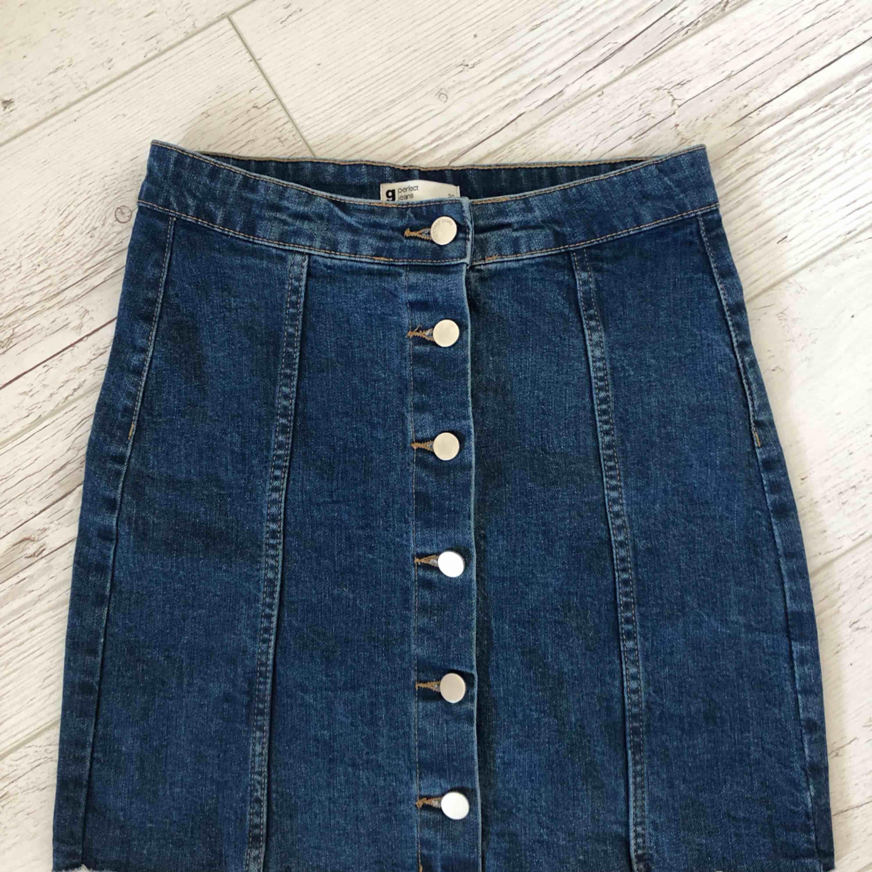 Superfin jeanskjol från Gina Tricot. Endast använd en gång förra året på en studentmottagning.  80kr + frakt.. Kjolar.